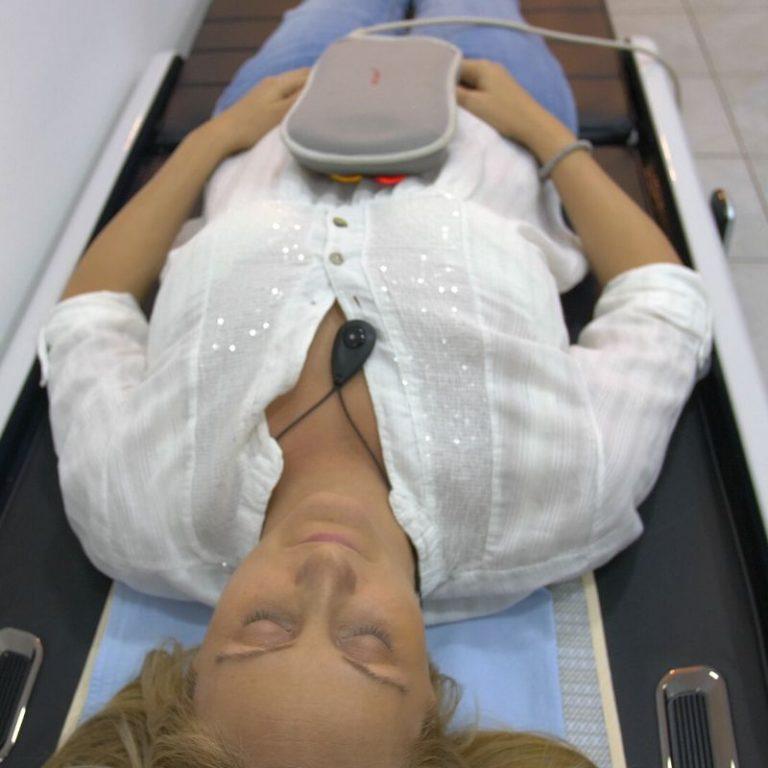 Ceragem termomasaža kičme koja se koristi u tretmanu protiv bolova u centru za pravi tretman u Požarevcu